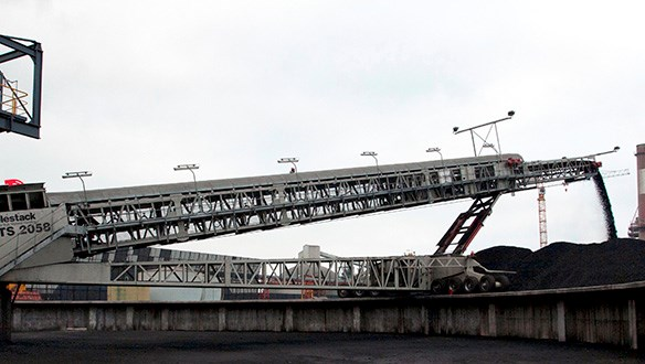 Telescopic conveyor stockpiling coal
